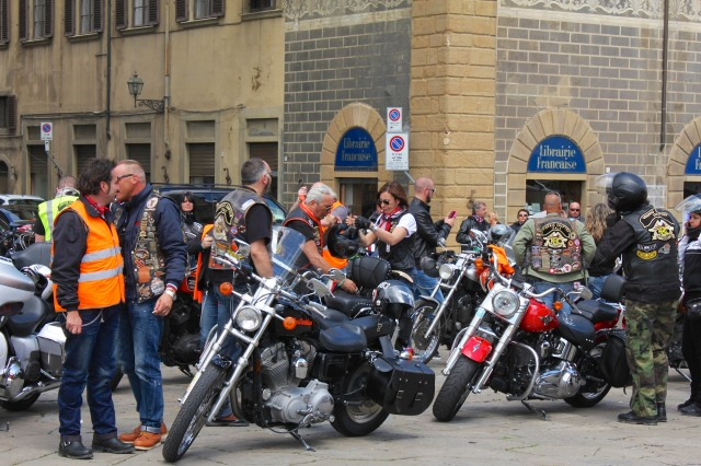 "From the logos on the back of their jackets, it looked like the were from all over Italy.  The fellow with his back to us, under the Librairie française sign, belongs to the 'Firenze Chapter"".  The rider to his right is with the Vesuvio gang.   Let's hope things are calmer on the other side of the Arno."