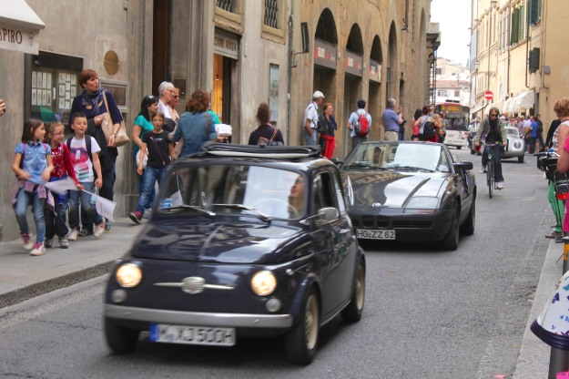 A vintage car regatta was making its way from Palazzo Pitti (where the bus is) to Piazza della Signoria in the heart of the historic centre.  Pazzesco!  (crazy)
