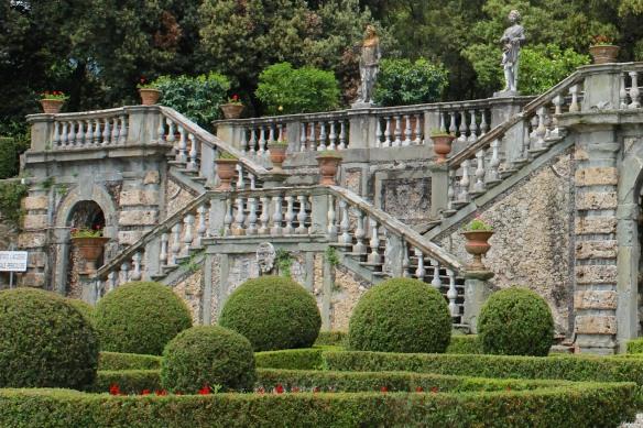 VIETATO L'ACCESSO. SCALE PERICOLOSE. (Access prohibited. Dangerous stairs.)