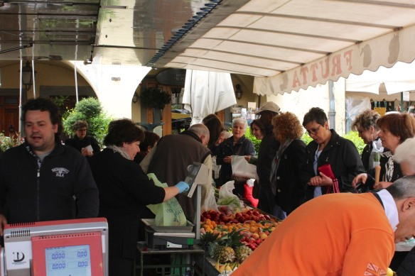 By the time I got to Greve the market was in full swing and the fruit stall as busy as before.