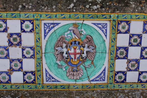 In the middle of a row of tiles on Ponte San Francesco, the city's coat of arms.